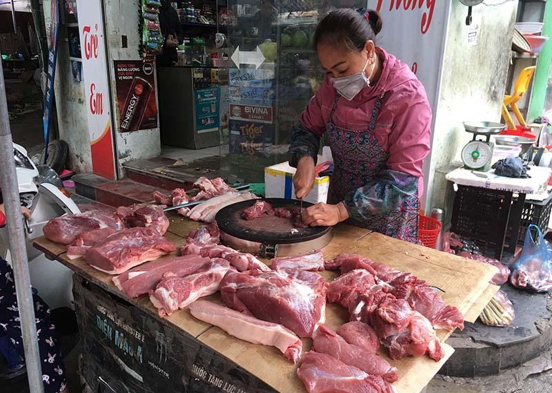 Chợ ế ẩm, tiểu thương quyết không giảm giá thịt lợn