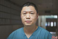 Khuôn mặt sưng đỏ, đầy vết hằn của y bác sĩ tại tâm dịch Vũ Hán