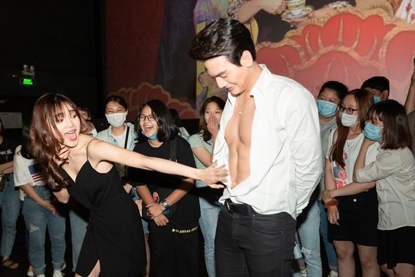 Lê Xuân Tiền chiều fan, khoe cơ bụng trước 200 khán giả