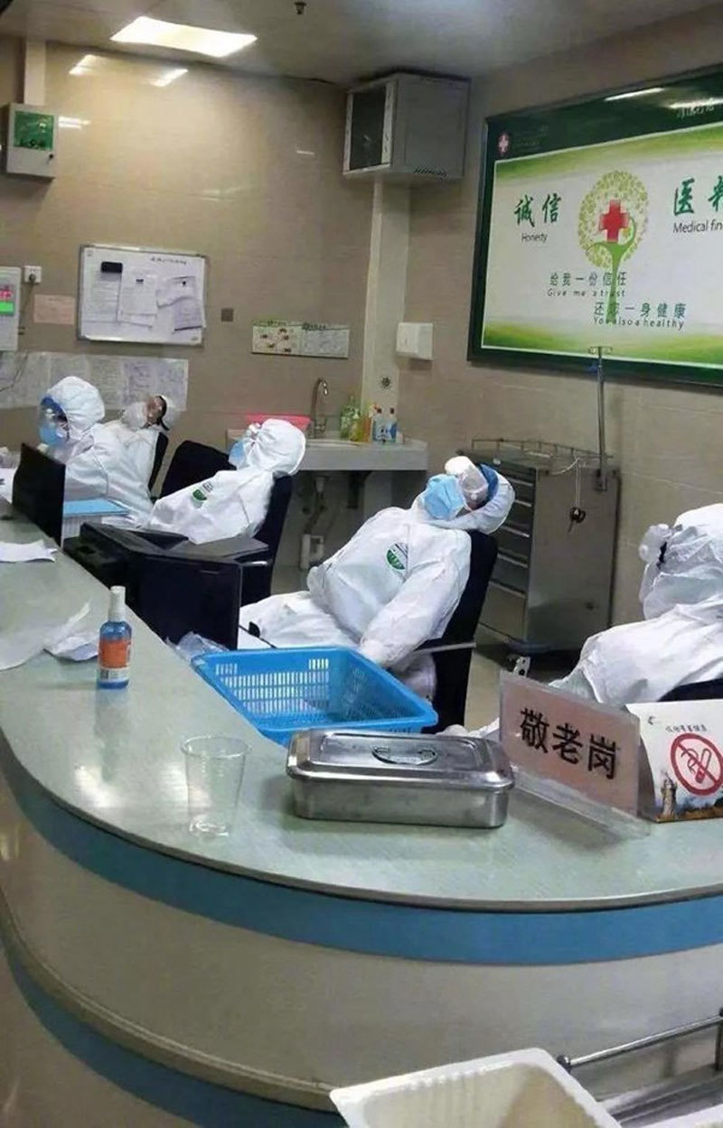 Hình ảnh các bác sĩ ngủ gục vì chống virus corona làm lay động lòng người