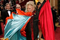 Váy thiên nga gãy cổ và loạt trang phục thảm họa trong lịch sử Oscar