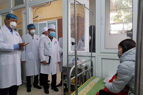 Thứ trưởng Bộ Y tế thăm hỏi, động viên bệnh nhân theo dõi nCov tại Vĩnh Phúc