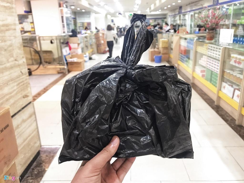 'Đi mua khẩu trang, tôi được dúi vào tay một túi nylon đen'