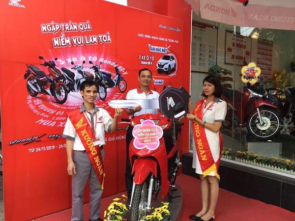 Hàng nghìn quà tặng giá trị đã đến tay khách hàng mua xe máy Honda