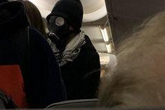 Giữa dịch Corona, đeo mặt nạ phòng độc lên máy bay khiến hành khách và tiếp viên 'tá hỏa'