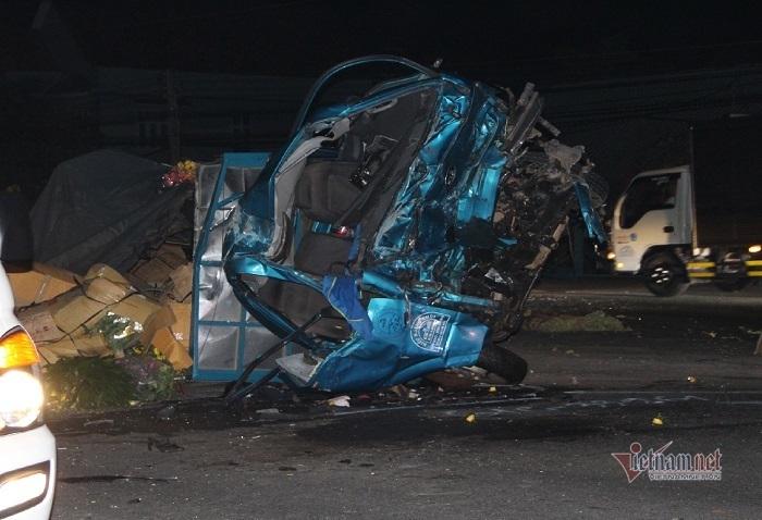 Xe khách tông trực diện xe tải, lao vào nhà dân, 3 người chết