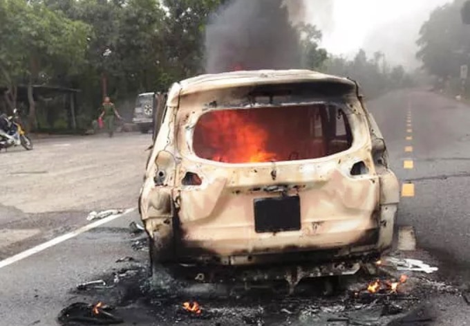 Xế hộp bốc cháy dữ dội sau tiếng nổ lớn, 2 người chết trong xe