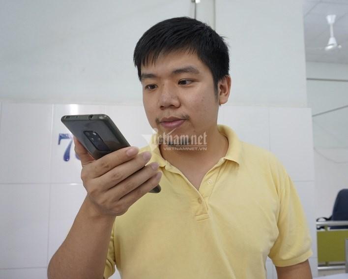 Mỗi ngày Li gọi hỏi thăm cha mình qua điện thoại và mạng xã hội. Ảnh: Phan Nhơn
