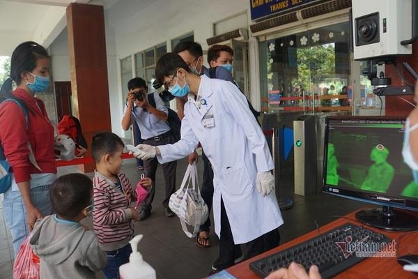 Kiểm tra thân nhiệt khách ở ga Sài Gòn chống dịch do virus corona