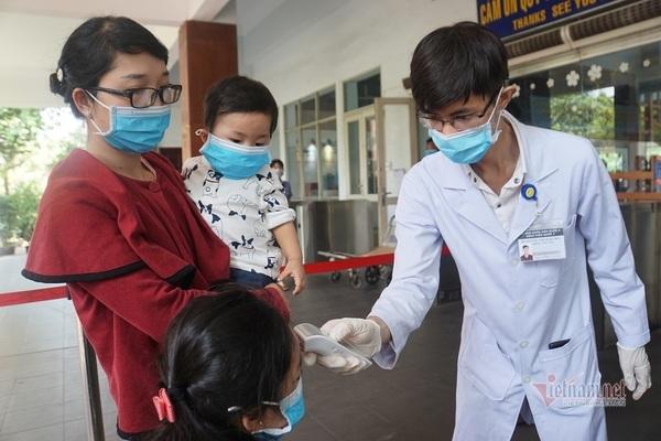 Khai báo y tế, lấy mẫu xét nghiệm Covid-19 khách đi tàu ở ga Sài Gòn
