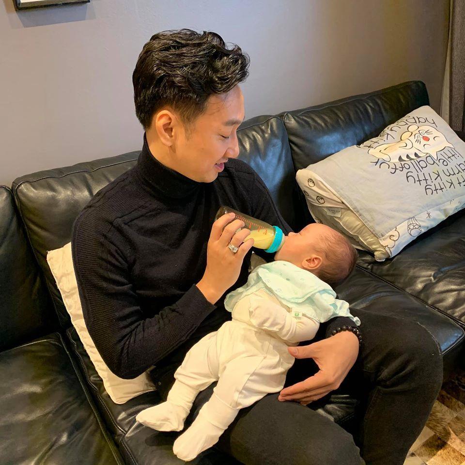 Hai bé trai song sinh đáng yêu nhà MC Thành Trung