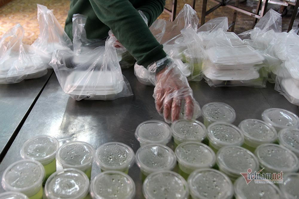 Tất bật nấu hàng trăm suất cơm trong khu cách ly ở Lạng Sơn