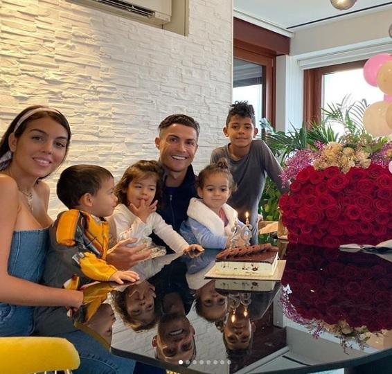 Ronaldo đón sinh nhật tuổi 35 như mơ, xúc động cảm ơn bồ yêu