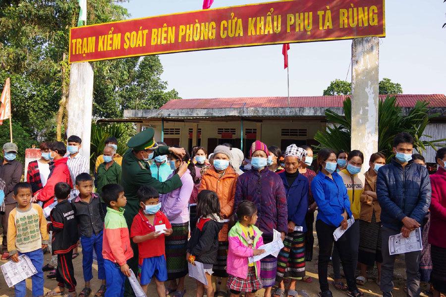Đồn biên phòng ở Quảng Trị tuyên truyền từng hộ dân phòng dịch corona