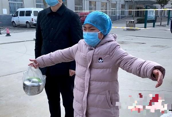 Cái ôm đặc biệt gửi con của nữ y tá hơn 10 ngày không về nhà vì corona