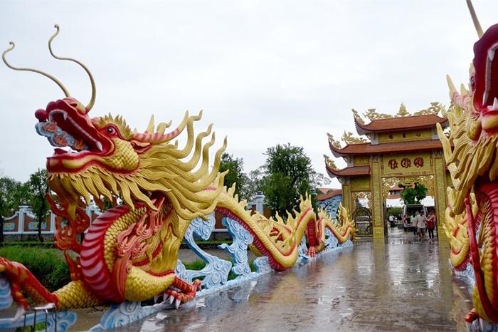 Nam Thư lên tiếng khi bị chê mặc hở vào đền thờ Tổ trăm tỷ của Hoài Linh