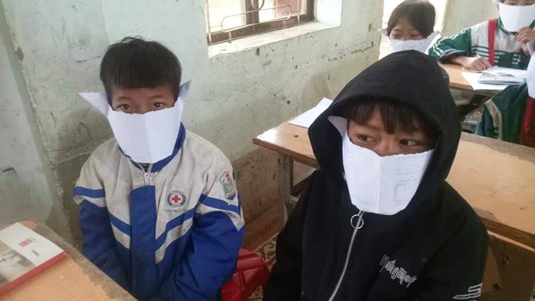 Hình ảnh học sinh đeo khẩu trang giấy phòng dịch corona