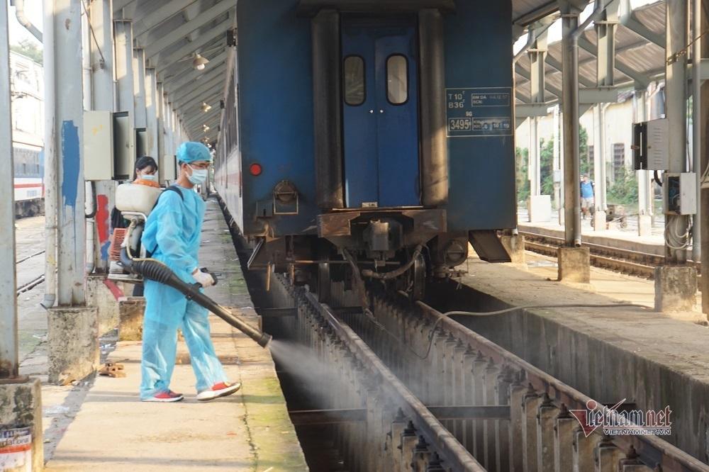Tỉ mỉ cảnh phun khử khuẩn cả đoàn tàu ở ga Sài Gòn
