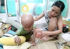 Sống thấp thỏm trong căn nhà lá, gia đình nghèo vùng biên cầu xin cứu con