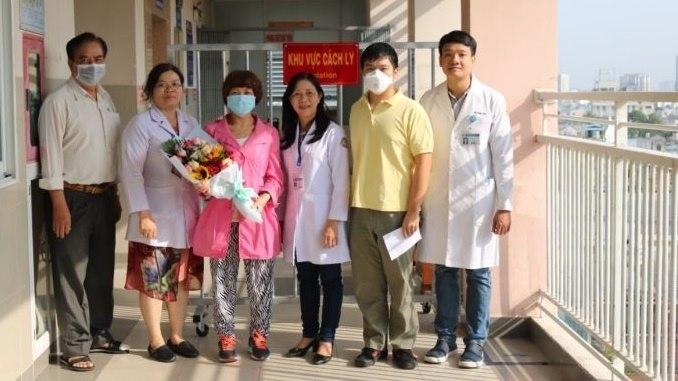 Sau khi khỏi corona, chàng trai Trung Quốc đón mẹ về nhà