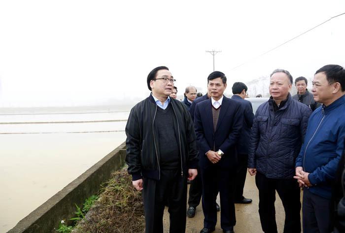 Bí thư Hà Nội Hoàng Trung Hải thị sát, kiểm tra lấy nước đổ ải