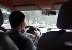 Lo ngại nhiễm virus corona, dân lái taxi chăm chỉ khử trùng xe mỗi ngày