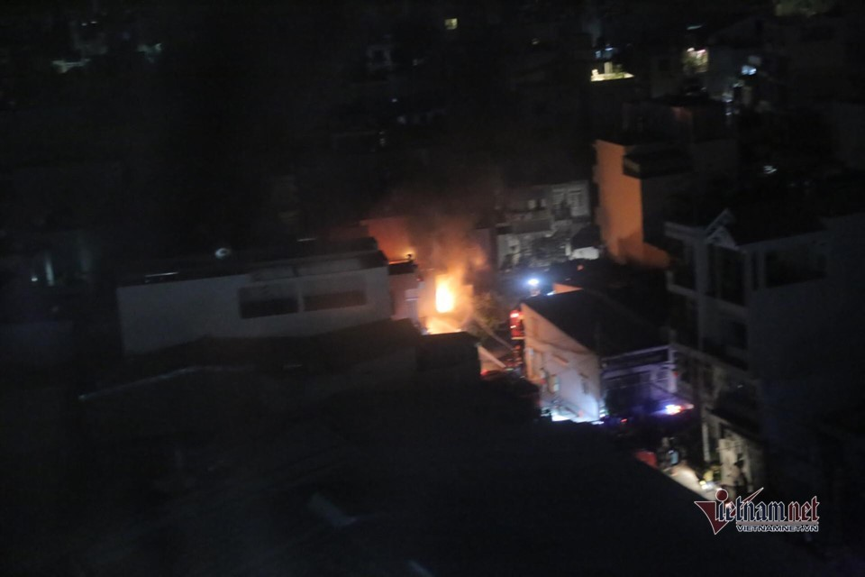 Biển lửa thiêu rụi căn nhà 3 tầng ở Sài Gòn