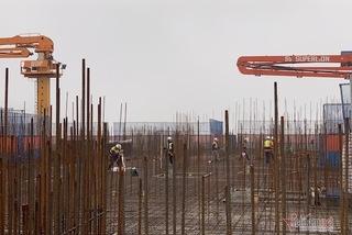Sau lệnh 'đóng cửa', một số công trình xây dựng rục rịch thi công trở lại