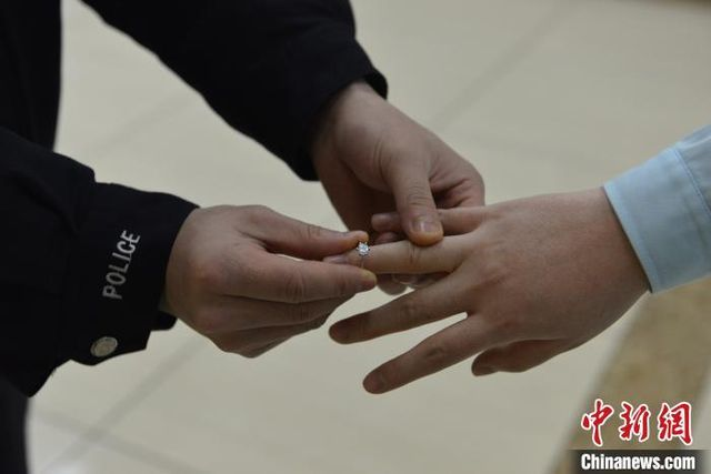"""""""Trước khi vào khu cách ly, hãy để anh trao nhẫn cưới cho em"""""""