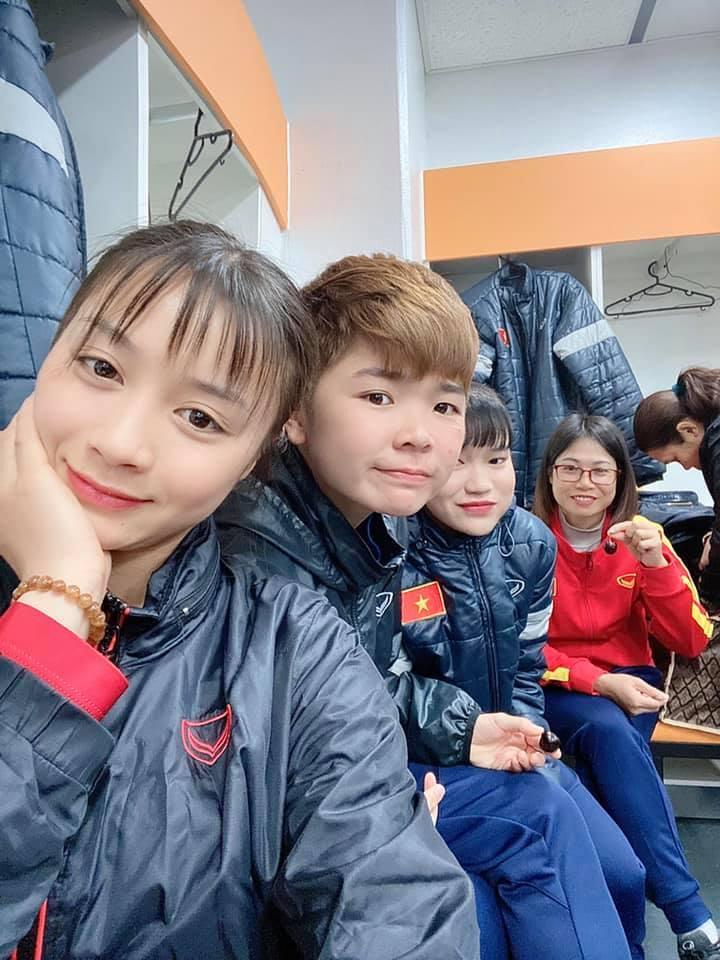 Hoàng Thị Loan được đồng đội hát mừng sinh nhật sau khi hạ Myanmar
