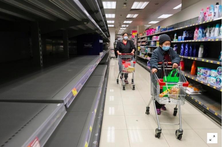 Dân Hong Kong tích trữ mỳ, giấy vệ sinh giữa bão virus corona
