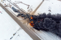 Tàu chở dầu ở Canada trật bánh, hàng chục toa cháy ngùn ngụt