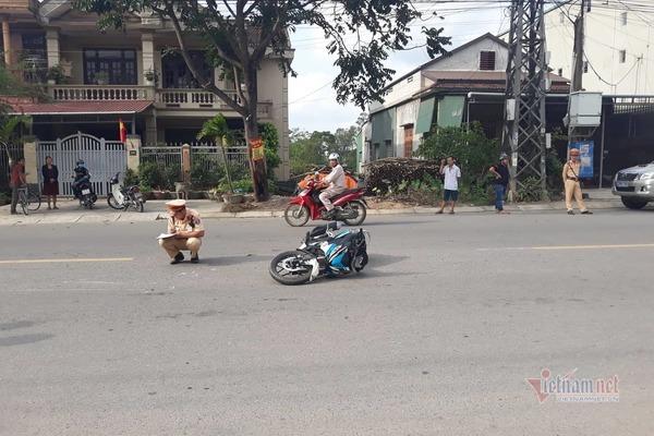 CSGT ở Quảng Trị bị 2 thanh niên đi xe máy tông gãy chân