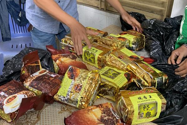 Giấu 17kg ma túy đá trong gói trà có tiếng nước ngoài