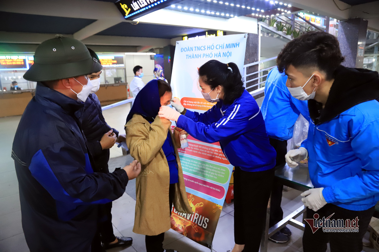 Bé gái viết thư cho Thủ tướng, phát khẩu trang miễn phí giữa bến xe Hà Nội