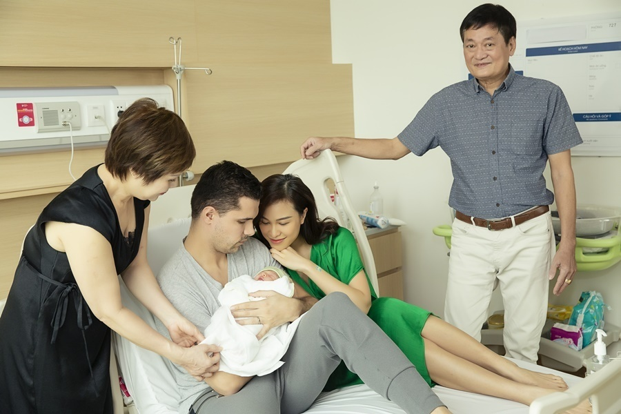 MC Phương Mai và chồng tây đeo khẩu trang đi đăng ký kết hôn