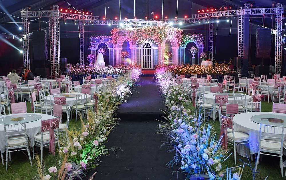 Chú rể Duy Mạnh đón những vị khách đầu tiên tới dự lễ cưới