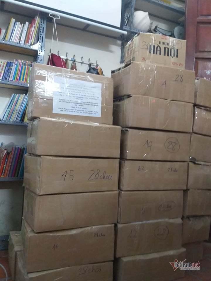 Thầy giáo tự pha chế nước rửa tay khô, tặng 600 chai cho người dân