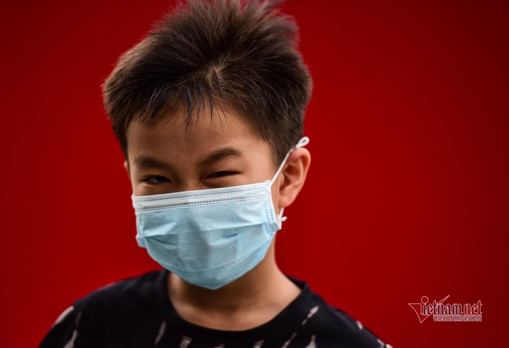 Cảnh trái ngược khi đeo khẩu trang ở Sài Gòn