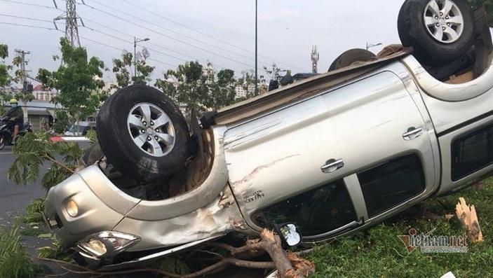 Ô tô bán tải lật ngửa trên đại lộ, 5 người nhập viện