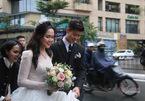 Duy Mạnh nâng váy cho Quỳnh Anh lúc lên xe hoa