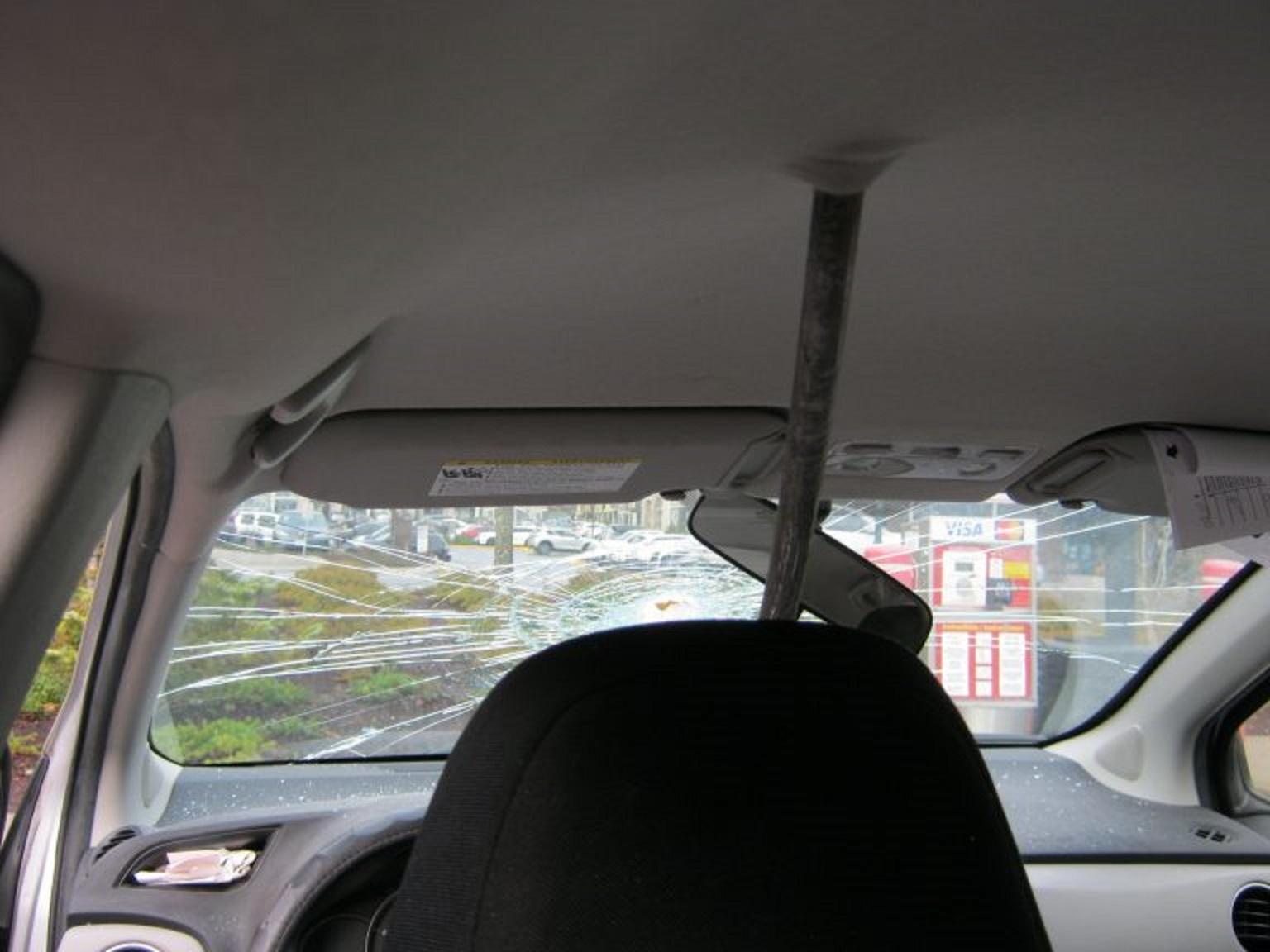 Đang lái xe bon bon, bỗng bị thanh sắt lạ bay vào đâm thủng kính chắn gió - Ảnh 2.