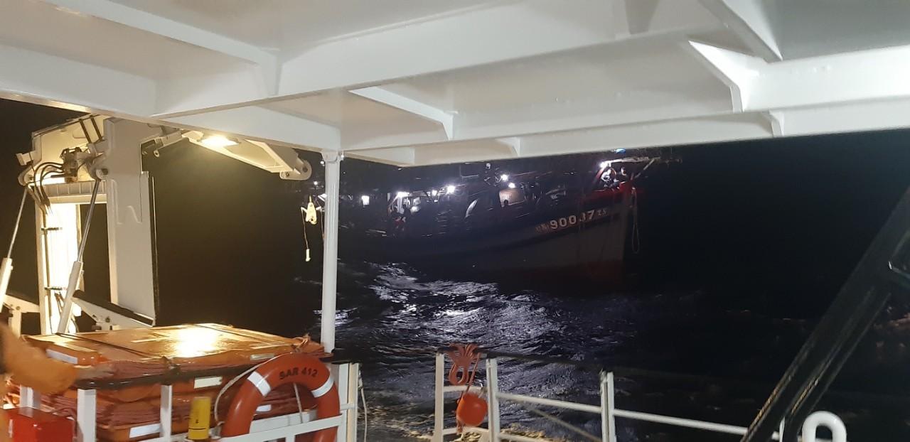 Cứu 40 ngư dân gặp nạn ở vùng biển Hoàng Sa
