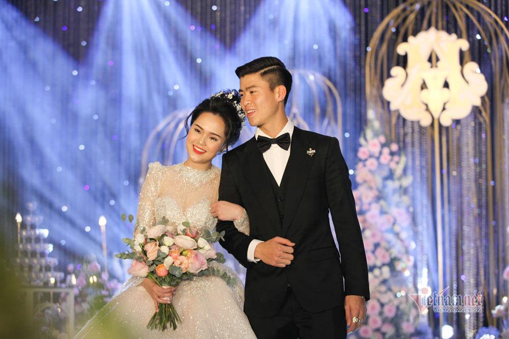 Duy Mạnh hôn Quỳnh Anh giữa dàn cầu thủ CLB Hà Nội