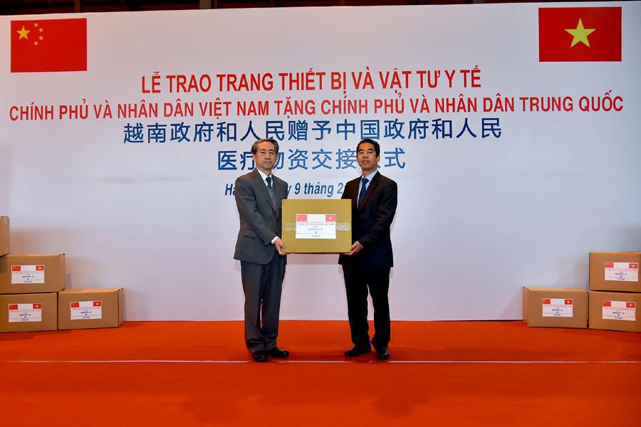 Trao tặng Trung Quốc máy thở, khẩu trang... trị giá nửa triệu USD