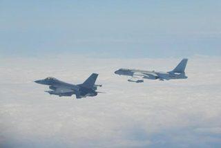 Trung Quốc điều hàng loạt chiến đấu cơ áp sát Đài Loan