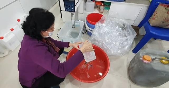 Đủ chiêu trò mùa dịch: 'Hô biến' cồn với nước lã thành nước rửa tay khô
