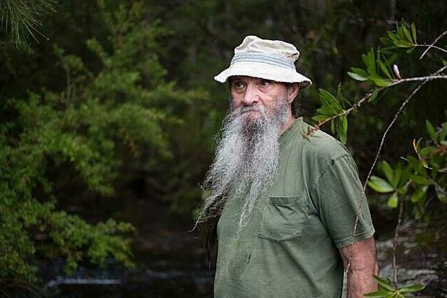 """""""Người rừng"""" từng phải ăn thằn lằn, giun đất để sinh tồn trở thành giảng viên đại học"""
