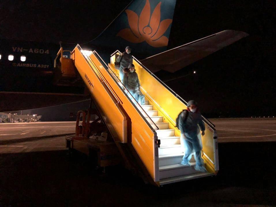 30 công dân Việt Nam từ Vũ Hán về đến sân bay Vân Đồn