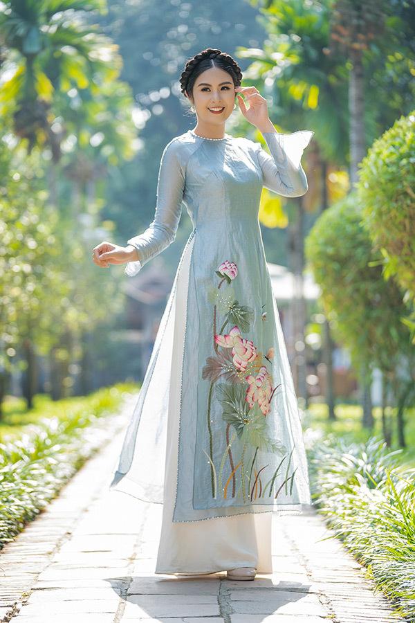 Ngọc Hân tự làm mẫu cho trang phục mình thiết kế